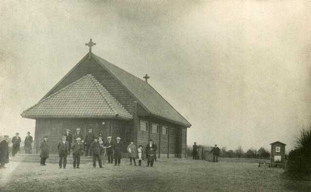 650635 - Schmidlin. De houten kapel en put op de geboortegrond van pater Peerke Donders op de Heikant. De foto werd gemaakt vlak na de oprichting van de kapel in 1923. Hiernaast werd in 1931 het geboortehuis van Peerke gereconstrueerd.