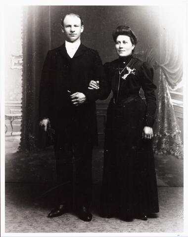 008021 - Trouwfoto smid Joseph Joannes van Venroij en Mechlina Catharina Maria van Bavel. De bruidegom werd geboren Tilburg 4 juli 1881 en overleed aldaar op 11 juni 1953. Hij werd begraven te Moergestel. Zijn ouders waren Cornelis Franciscus van Venroij en Maria Catharina de Rooij. Zij werd geboren te Tilburg op 2 februari 1881 als dochter van Leonardus van Bavel en Maria Elisabeth van Bladel. Zij overleed te 's-Hertogenbosch op 16 juli 1960.