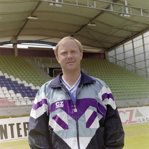1237_009_668-3_004 - Sport. Voetbal. Willem II. CZ elftal 1993. Jan Reker (Eindhoven, 3 juni 1948), voormalig trainer van Willem II  (1991-1996). Hij trainde in 1969-1971 al de jeugd van Willem II.