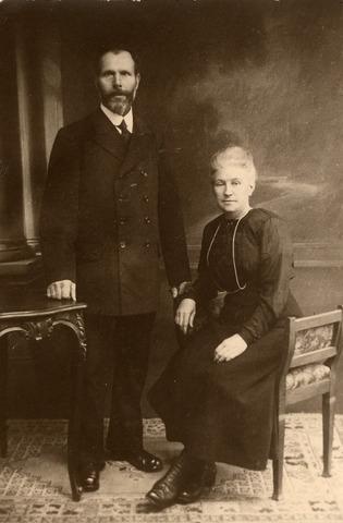 091955 - Ketelmaker Willem Frederik van Meenen geboren te Leende op 25 juni 1865, en zijn vrouw Neeltje Martina Riede, geboren te Hoogvliet op 7 september 1871. Zij trouwden in Tilburg op 2 januari 1889.