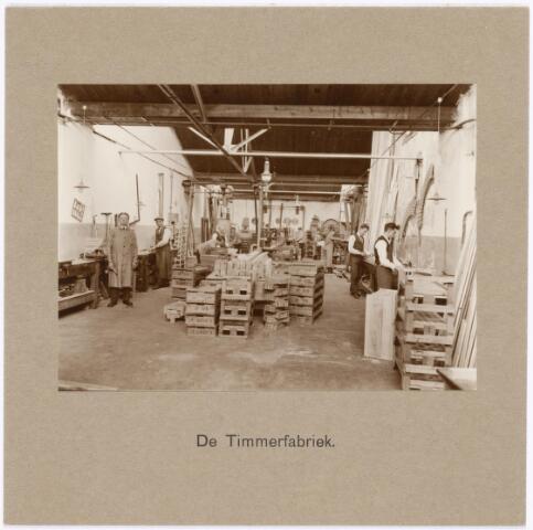 039317 - Volt. Zuid. Technische afdelingen/ bedrijven. Timmerfabriek / timmerwinkel in1925. Behalve het timmerwerk wat aan gebouwen etc. nodig was maakt men welhaast alle kisten voor het transport van de Volt producten over de gehele wereld. Voltstraat heette voor 1949 Nieuwe Goirleseweg.