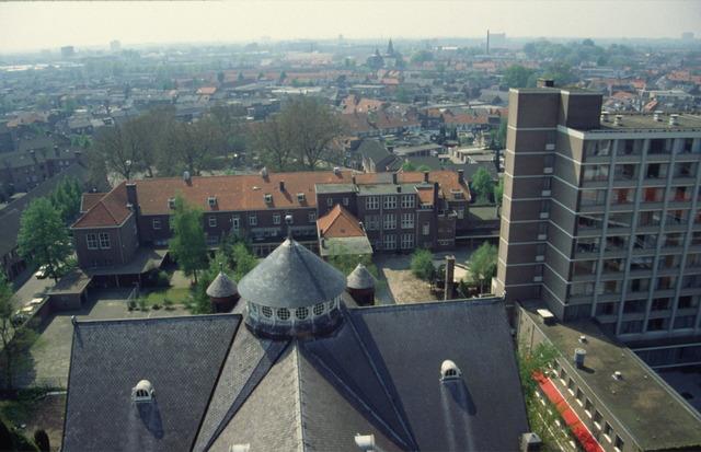 656493 - Afbraak van de Sint Josephschool in de Hoefstraat Tilburg in 1990.