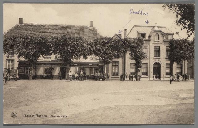 """065582 - Het gemeentebestuur van Baarle-Nassau liet architect L. Kok uit Etten het raadhuis aan de Singel in 1923 """"restauren"""", wat neerkwam op een gehele wijziging van de voorgevel; in 1929 woonde burgemeester W.J.C. Mensen (1914-1934) in het gemeentehuis; links het hotel-restaurant Het Hof van Holland van de weduwe P. Olislaegers, dat niet lang tevoren van een verande was voorzien"""