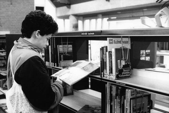 1238_F0193 - Interieur bibliotheek met lezende jongen