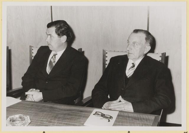 072931 - Opening gemeentehuis door de Commissaris van de Koningin Kortmann.  Bijzondere raadsvergadering. Raadsleden: J. Ligtvoet en A. Rijnen.