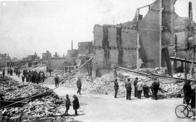 830020 - WO2; WOII; De puinhopen in Rotterdam na het bombardement.  dubbel van 830010