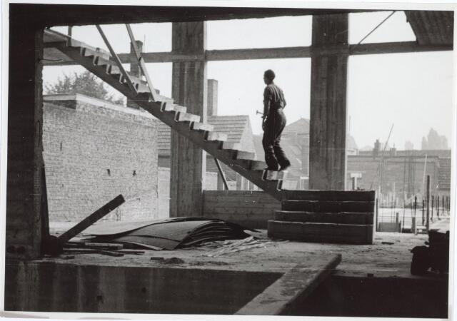 027157 - Politiebureau Lange Schijfstraat in aanbouw. Trappenhuis in hal.