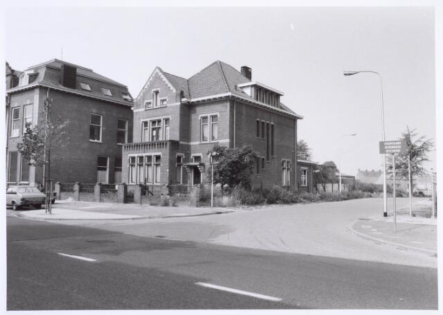 019432 - Pand Goirkestraat 85 op de hoek met de nieuwe Kasteeldreef. Op de achtergond nieuwbouw op het terrein van de voormalige wollenstoffenfabriek H.F.C. Enneking