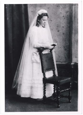 004928 - Marie KNEGTEL bij haar Eerste H. Communie, rond 1910. (Marie Henriëtte Huberdine, Tilburg 1898 - Den Haag 1960). Zij was een dochter van wijnhandelaar P.J. Knegtel en H.L.M. Latour. Marie huwde in 1932 in Den Haag met technisch verkoper Willem Lodewijk Leget (Leiden 1887 - Den Haag 1965).