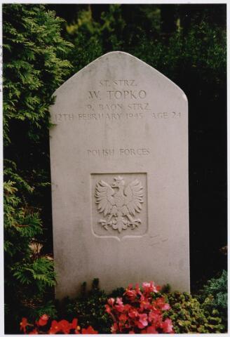 045749 - Tweede Wereldoorlog. Graf C.3.2 op de begraafplaats van de parochie St. Jan. Hier rust de Pool Wladyslaw Topko, St. Strz., 24 jaar oud, gesneuveld op 12 februari 1945, 1. Poolse Pantser Divisie, 9. Bataljon Infanterie.