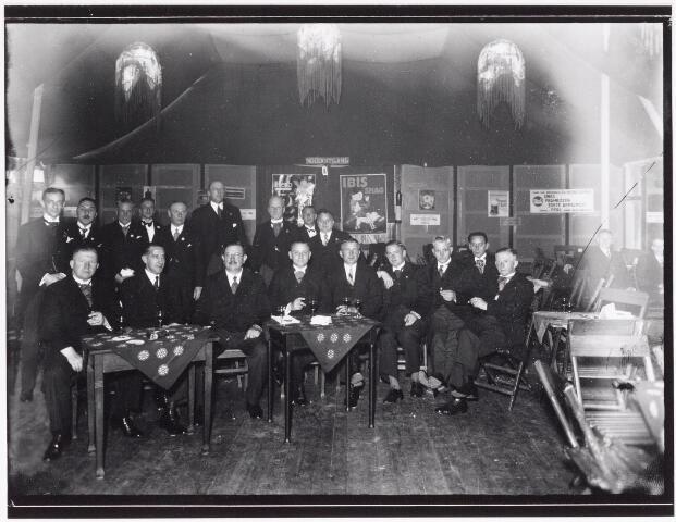 042642 - Tilburgse notabelen bijeen in een feesttent ter gelegenheid van de feestelijke opening van het Paleis-Raadhuis op 1 augustus 1936