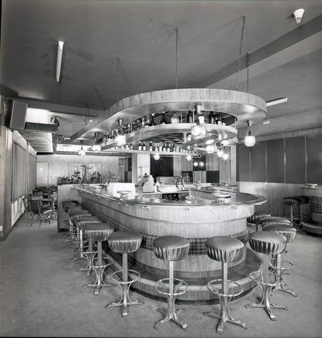 654634 - Interieur. Bar in een dancing.