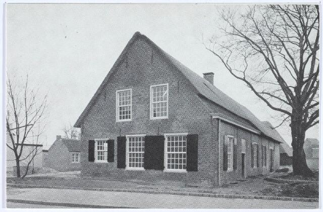 020507 - Gerestaureerde langgevelboerderij aan de Hasseltstraat. In 1972 werd door prof. dr. H. F. J. M. van den Eerenbeemt de Stichting Restauratie Kasteelhoeve opgericht om de vervallen boerderij op te knappen. De benodigde financiën werden bijeengebracht middels de verkoop van kalenders