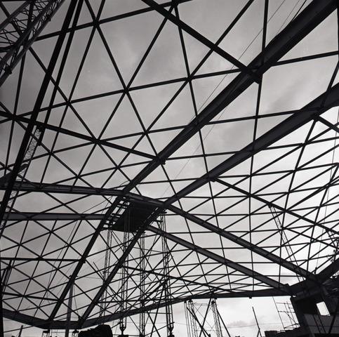 - Station in aanbouw. Detail vakwerkcontructie