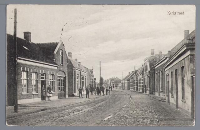 057816 - Rijen. Kerkstraat omstreeks 1915. Links koperslagerij en smederij Kin, opgericht in 1905 (nr. 30 in 1972) 2e pand schilderswerkplaats en winkelhuis van M. Hezemans gebouwd in 1910 (nr. 28 in 1972). Achter middenhoekhuis Stationstraat-Wilhelminastraat. Rechts (Noodsecretarie) huis Roksnoer gebouwd in 1905 (nr. 13 in 1972). Daarachter woonhuis Aug. van der Steen, gebouwd in 1906 (nr. 11 in 1972) bewoner J. van der Steen looier.