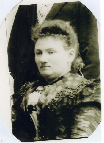 093111 - Cornelia Johanna Maria Jansen, echtgenote van Norbertus Wilhelmus Woutherus Brands, geboren te Tilburg op 8 november 1854 en overleden te Tilburg op 21 mei 1917. Zij was medeoprichtster en bestuurslid van de St. Elisabethvereniging.