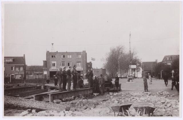 012714 - WO2 ; WOII ; Tweede Wereldoorlog. Herstel. Een groepje militairen bekijken een week na de bevrijding van Tilburg de schade die is aangericht aan de spoorbrug aan de Ringbaan-Oost