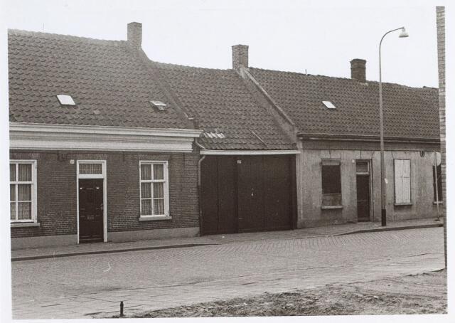 014717 - Panden aan de Berkdijksestraat. De huizen rechts zijn bestemd voor de sloop