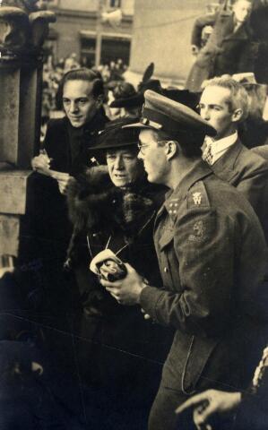 602431 - Tweede Wereldoorlog, Bevrijding. Een geëmotioneerde mevrouw Van de Mortel in gesprek met prins Bernhard tijdens een defilé van de Prinses Irenebrigade op het Willemsplein. Het burgemeestersechtpaar verloor een zoon (Joost), die stierf voor een vuurpeloton vanwege verzetsactiviteiten. In 1949 sneuvelde een tweede zoon (Bernard) in Nederlands-Indië