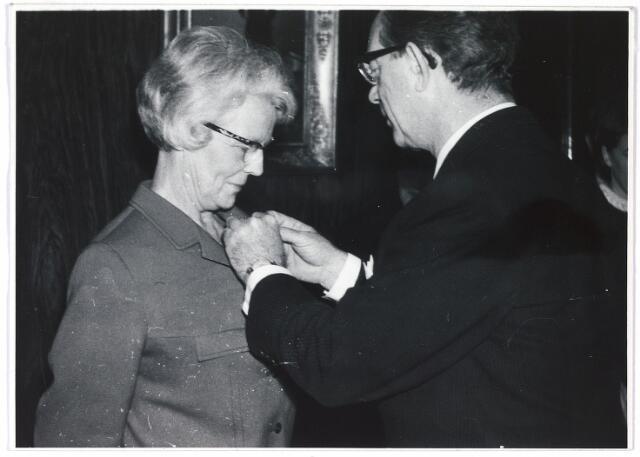 005974 - An de Veer, ontvangt uit handen van burgemeester C. Becht de zilveren medaille in de orde van Oranje Nassau ter gelegenheid van haar 40-jarig ambtsjubileum in overheidsdienst. (17 januari 1966)