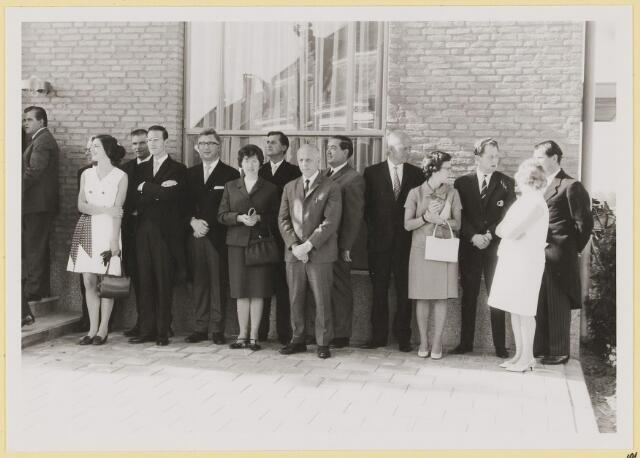 073003 - Opening gemeentehuis door de Commissaris van de Koningin Kortmann. Defilé verenigingsleven vóór het gemeentehuis. Genodigden.