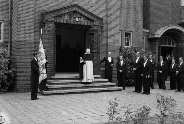 050765 - 9e  Tilburgse Hogeschooldag. In het midden Prof. Dr. F.A. Wever.