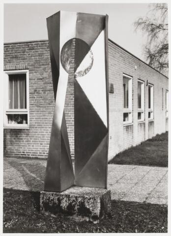 067769 - GETORSTE ZUILEN. Roestvrijstalen abstract plastiek van de Tilburgse kunstenaar AD LOUWINGER (Tilburg 1925-2006). Zie foto's nr. 067768/7 Trefwoorden: Kunst in de openbare ruimte. Onderwijs.