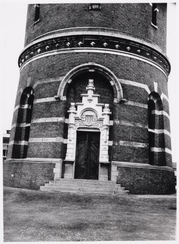 018062 - Ingang van de watertoren aan de Bredaseweg