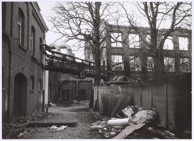 025061 - Door brand verwoest gebouw van de voormalige wollenstoffenfabriek van Antoon de Rooy in december 1974.