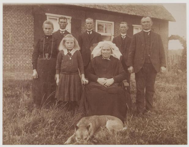 078538 - vrouw met poffer met echtgenoot en kinderen voor boerderij. nn