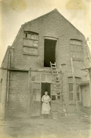 092819 - Helena Cornelia Broeders-Horsten, geboren te ´s-Hertogenbosch op 18 februari 1877 voor de timmerfabriek aan de Groeseindstraat 39, opgericht door haar man Joseph Gerardus Broeders.