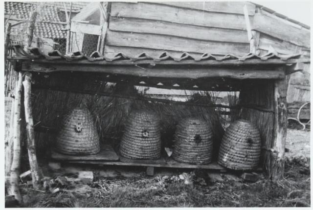055598 - Hilvarenbeek, landbouw. Bijenstal te Hilvarenbeek in de jaren dertig.