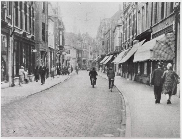 021671 - Heuvelstraat in 1927. Foto uit een tijdschrift, dat als commentaar vermeldde dat het hier ging om 'een van de drukste straten van Tilburg'