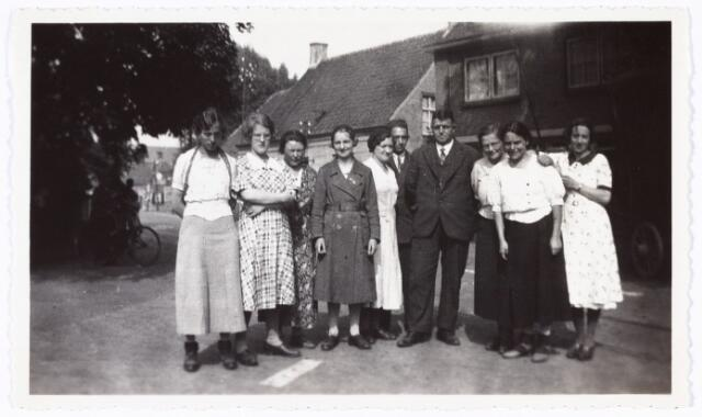 008878 - Bedevaart Kevelaer, 1935 terugtocht (St. Michielsgestel). Mevr. R. Vos met witte jurk in het midden.