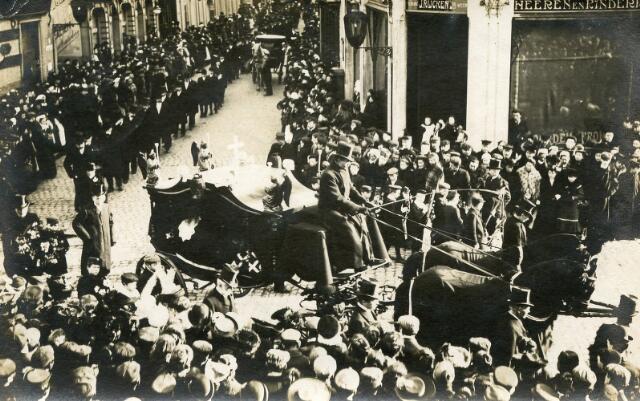 603252 - Begrafenis van de burgemeester van Tilburg W.P.A. Mutsaerts (geb. Tilburg 3-8-1833 overl. Tilburg 12-2-1907). De kaart is gericht aan zijn kleinzoon(?), de latere Mgr. W. Mutsaerts, die destijds 17 jaar was. Het postadres op de ansicht is het Seminarie in St. Michielsgestel.