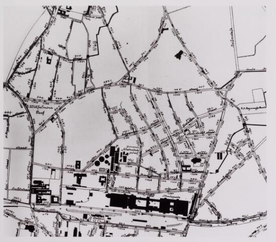 042261 - Riolering. Riolering. Plattegrond van een groot deel van de Tilburgse binnenstad met het station en NS-werkplaats (onder)