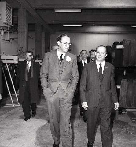 654098 - Industrie. Prins Bernhard op werkbezoek bij een bedrijf dat autobanden vulcaniseert.