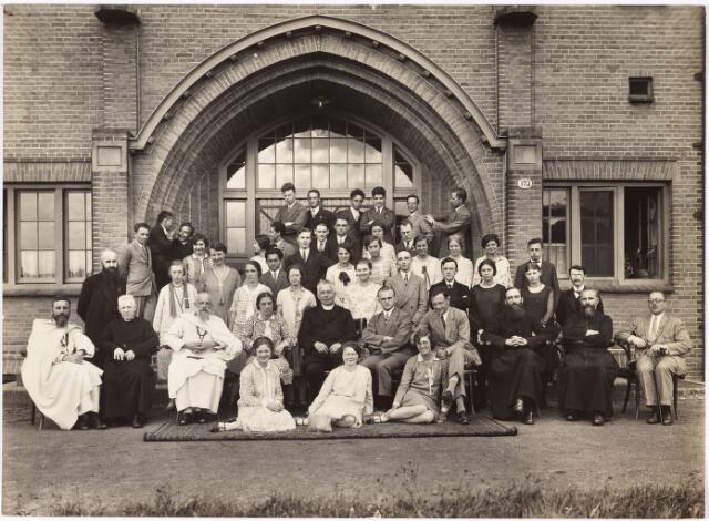 008623 - De zogenaamde Missie-Interacademiale van de Unie van de R.K. Studentevereniging in Nederland, hield iedere zomer eem missiecursus die gehouden werd in het St. Joseph-studiehuis de 'Rooij Pannen' in Tilburg. Hier zwaaide father Ahaus (midden op de foto) de scepter. Foto van 1928.