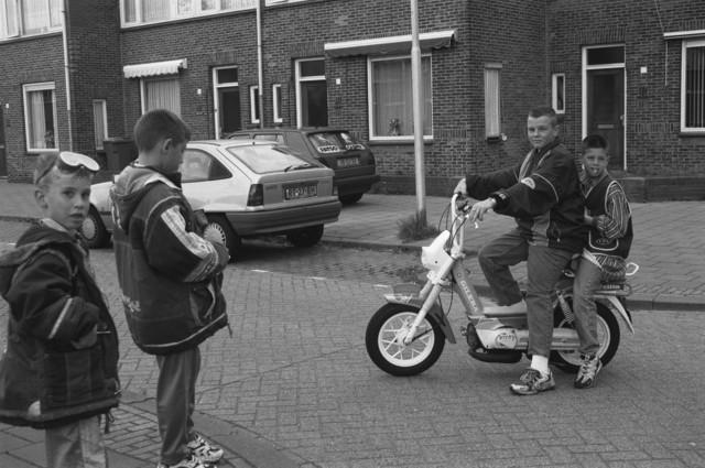 TLB023001353_004 - Een stel vrienden in de Wassenaerlaan te Tilburg