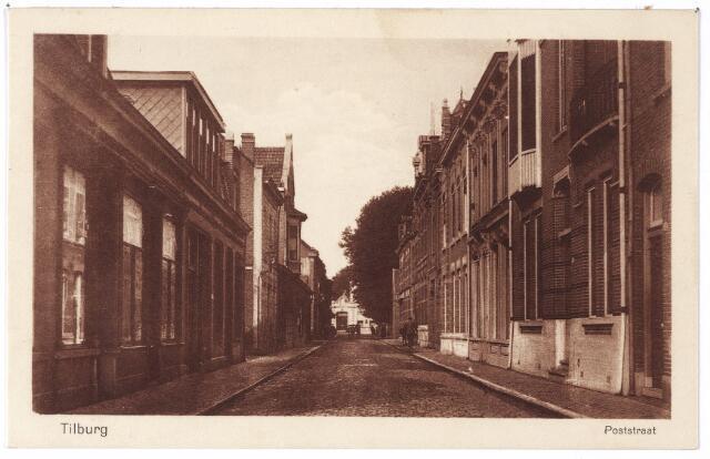 001982 - Poststraat richting Stationstraat. Rechts v.l.n.r. de panden 29 (hoek Karrestraat) t/m 45 hoek Langestraat). Voor 1910 droegen deze panden de huisnummers M1473 t/m M1466. In pand nr. 29, waarvan nog juist de voordeur zichtbaar is, woonde wijnhandelaar G.P.C.A.M. Bogaers getrouwd met Cato Diepen, daarna, van 1916 tot 1921 rijksveearts Petrus den Ouden en vervolgens de weduwe Bogaers-van Oppenraaij. Op nr. 31 zat rond 1900 het kantoor van de Tilburgsche Brandwaarborgmaatschappij. Daarna woonde er pianohandelaar Ferdinand Hoosemans, vervolgens wollenstoffenfabtrikant Johannes Mutsaers-Kerstens en vanaf 1929 wijnhandelaar Vincent H.F.X. Verbunt. Op nr. 33 woonde Anna L.H. Thissen, (Roermond 1850-Tilburg 1926)  weduwe van effectenhandelaar Johannes H.G. Diepen en L.N. Daamen. Zij was presidente van de St. Elisabethvereniging en woonde er met haar zoon, de assuradeur  Paul M.J. Diepen, die ook overleed in 1926. Vanaf 1927 woonde in dit pand wijnhandelaar Vincent H.F.X. Verbunt, die in 1929 naar het huis nr. 31 verhuisde. Pand nr. 35 werd bewoond door kerk- en decoratieschilder Petrus Nicolaas van den Boer uit Veghel en vanaf 1910 door de handelaar in manufacturen Herman Andreas Kuipers uit Emsburen (D), die in 1910 te Simpelveld trouwde met Maria Hussmann. Aan de overzijde de panden Poststraat 30 t/m 34 en  vervolgens de ingang van de Antoniusstraat. Op nr. 30 woonde rond 1920 winkelier Johannes Jacobus Engel, op nr. 32 kaashandelaar Rochus van Pelt en vervolgens handelsagent H.F.A.M. van der Eerden.  Op de hoek van de Antoniusstraat de ongehuwde Johanna M.J. van Pelt.