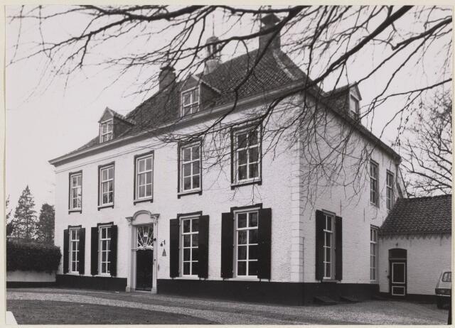 101497 - Het slotje Beveren. Het slotje Beveren werd in het verleden gebouwd als boerenhoeve. Het stamt al uit de tijd rond 1500. Het huis kreeg de naam van een adellijk geslacht Van Beveren, dat het huis bewoonde. Aanvankelijk was het een laag langgerekt gebouw, maar bij een verbouwing in 1740 werd het vergroot. Van het midden van de achttiende tot het midden van de negentiende eeuw, een goede eeuw dus, is het gebouw de pastorie geweest van de Sint Jans parochie van Oosterhout. Na 1850 werd het weer door particulieren bewoond.