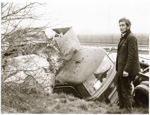 """039239 - Volt, Hulpafdelingen, Vrachtwagens. Vervoer, Expeditie, Logistiek. Verkeersongeval op de weg Eindhoven-Tilburg ter hoogte van de afslag Moergestel omstreeks apil 1975. Dit was tevens het einde van de """"zes-tonner"""" ZB-89-40. Persoonlijke ongelukken deden zich niet voor. De beteuterde chauffeur is Jan Pijnenburg."""