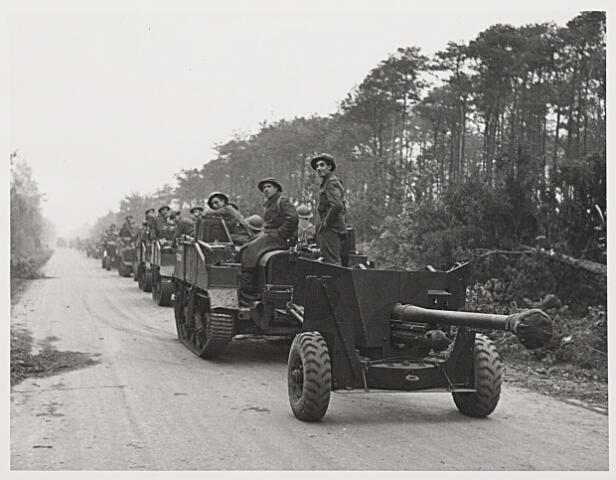 013226 - Tweede Wereldoorlog. Bevrijding. Britse eenheid (2e bataljon The Gordon Highlanders) in de bossen tussen Tilburg en Hilvarenbeek, klaar om via Broekhoven de stad binnen te trekken