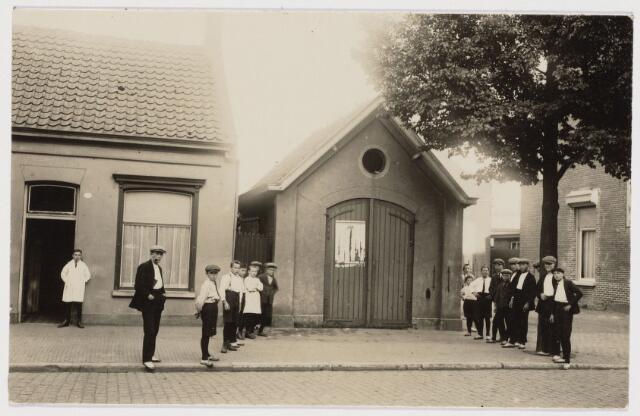 103594 - Brandweer. Brandspuithuisje van Kring no. 10 aan de Goirkestraat. Brandmeester was N. Smulders.