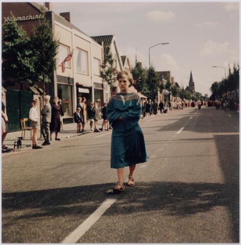044772 - Eenzame figuur uit de St. Jansstoet, gefotografeerd op de Tilburgseweg.