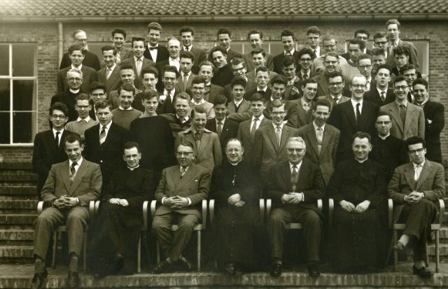 092017 - Leerlingen en docenten van de St. PAULUS HBS in 1958.  Foto is waarschijnlijk gemaakt t.g.v. een retraite.