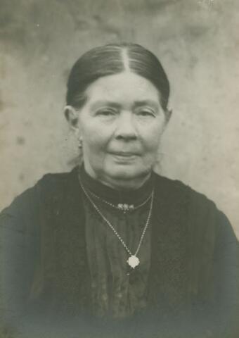 066174 - Wilhelmina Huberta Horsten geboren te Tilburg op 1 februari 1857 en overleden te Enschede op  29 november 1934. Zij was een dochter van Jacobus Horsten en Joseina Petronella van Bavel en trouwde met Jan Cornelis Jacobus van Puijenbroek.