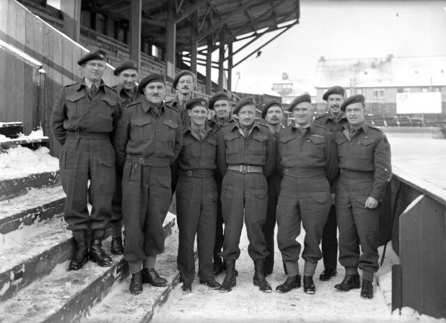 650435 - Schmidlin. Geallieerde militairen op de ijsbaan aan de Elzenstraat, 1945.