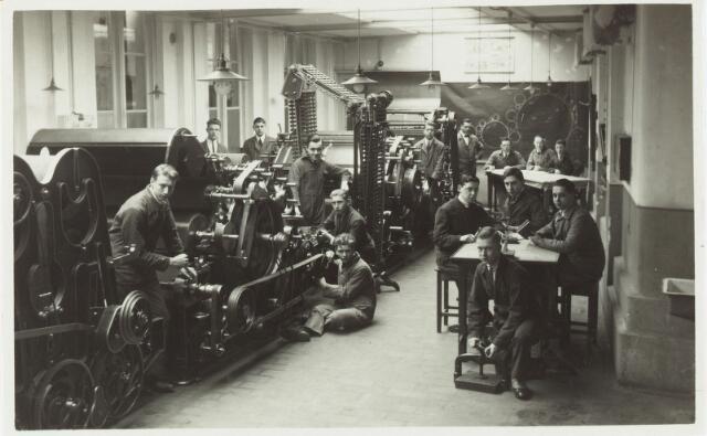 052129 - Onderwijs. Textielschool. Een afdeling van de Ambachts- en Industrieschool aan de Spoorlaan. Interieur Weverij.