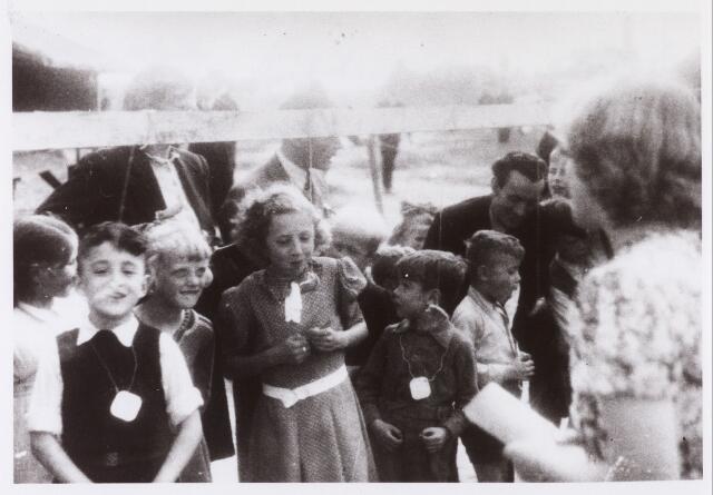 013641 - Tweede Wereldoorlog. Drukte op een terrein aan de Ringbaan-Zuid, waar op 16 juli 1944 kinderspelen werden georganiseerd ten behoeve van de vrijwillige luchtbescherming. Koekhappen was een van de onderdelen